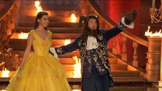 """Adam Devine arrasa no musical de abertura com """"A Bela e a Fera"""""""