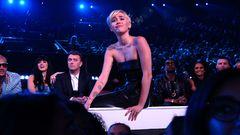 Miley Cyrus aceita o prêmio de Clipe do Ano de um jeito especial