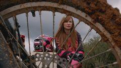 Em episódio inédito de 'Adotada', Mareu mora com família radical de motociclistas