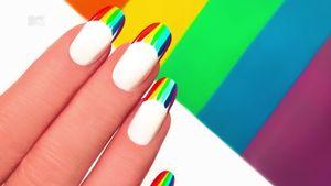 Pride month: manicure e nail art arcobaleno da mostrare con orgoglio