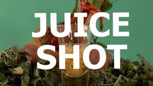 Centrifugati di frutta sani: Shot di verdura e chaser di frutta con barbabietole e cavolo