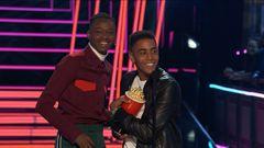 The Stars of 'Moonlight' Accept the Best Kiss Award